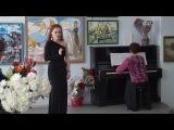 Художник Нина Куликовская принимает музыкальное поздравление Ольги Мингалёвой.