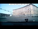Двое чертей пересекают Светлановскую площадь на красный